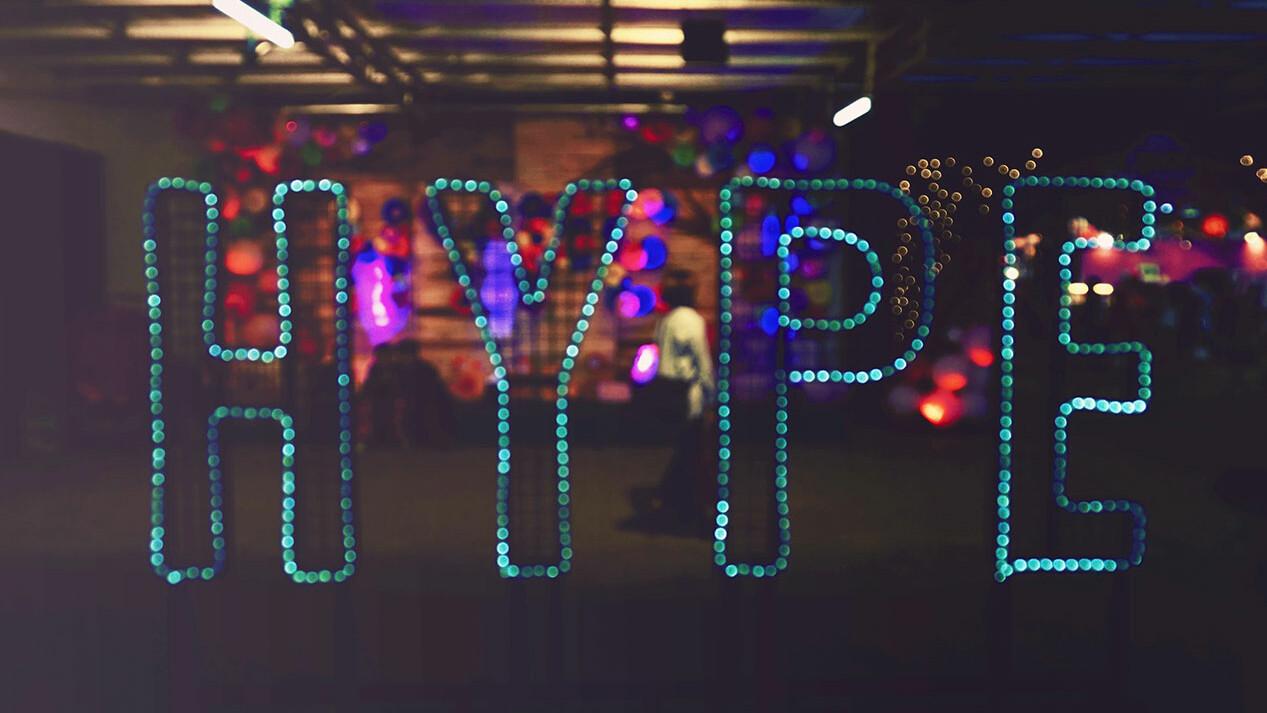"""Das Wort """"Hype"""" wird durch kleine blaue Lichter abgebildet."""