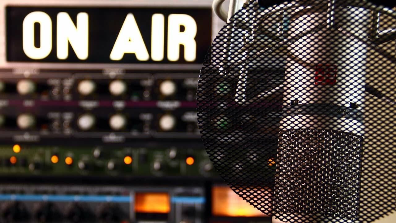 """Mikrofon und eine """"On Air"""" Anzeige."""